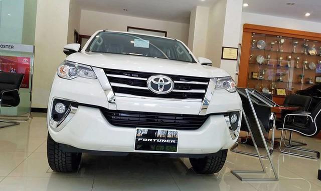 Khan hàng, giá Toyota Fortuner tăng vọt 200 triệu đồng tại đại lý - Ảnh 1.