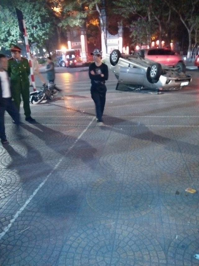 Hà Nội: Va chạm với Honda Wave, Toyota Altis ngửa bụng trên phố - Ảnh 2.