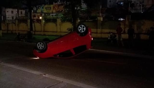 Hà Nội: Tài xế chạy tốc độ cao, mất lái, Kia Morning ngửa bụng trên phố  - Ảnh 1.