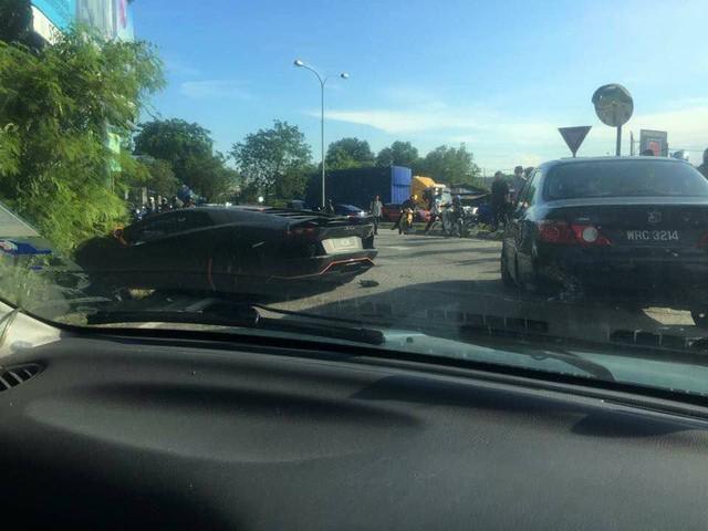Vượt bất thành, siêu xe Lamborghini Aventador gây tai nạn tại Malaysia - Ảnh 3.