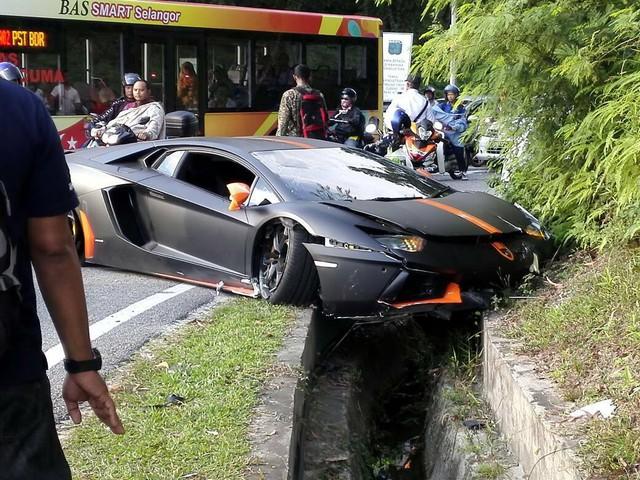 Vượt bất thành, siêu xe Lamborghini Aventador gây tai nạn tại Malaysia - Ảnh 2.