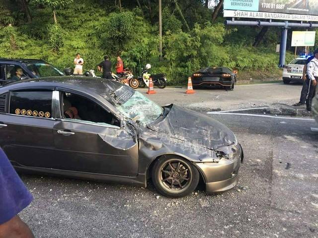 Vượt bất thành, siêu xe Lamborghini Aventador gây tai nạn tại Malaysia - Ảnh 1.