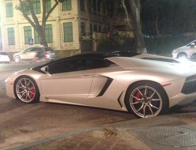 Lamborghini Aventador mui trần đầu tiên ra biển trắng tại Việt Nam dạo chơi Hà thành - Ảnh 2.