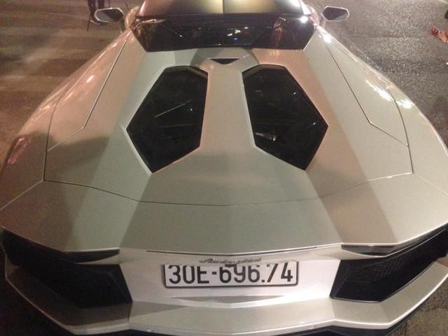 Lamborghini Aventador mui trần đầu tiên ra biển trắng tại Việt Nam dạo chơi Hà thành - Ảnh 4.