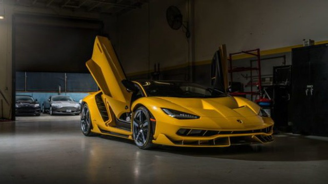 Cận cảnh siêu phẩm Lamborghini Centenario màu vàng rực tại Mỹ