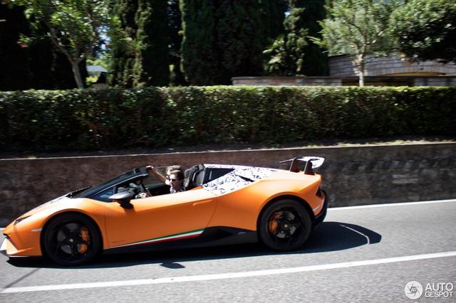 Lamborghini Huracan Performante Spyder lần đầu bị bắt gặp lăn bánh trên phố - Ảnh 2.
