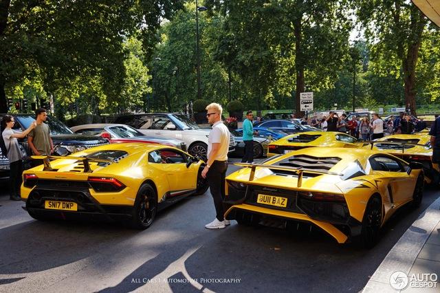 Vẻ đẹp của đội quân Lamborghini tông xuyệt tông màu vàng rực trên phố London - Ảnh 4.