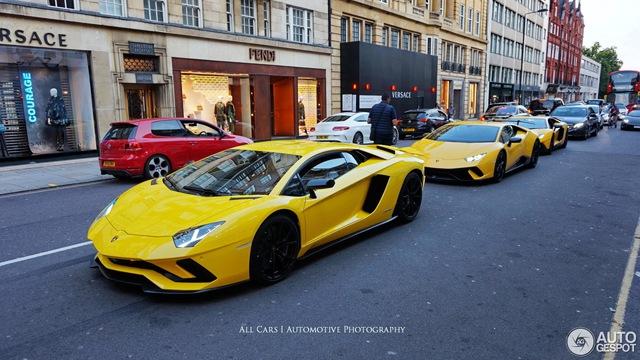 Vẻ đẹp của đội quân Lamborghini tông xuyệt tông màu vàng rực trên phố London - Ảnh 3.