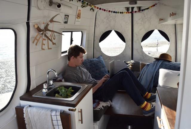 """Vợ chồng trẻ người Mỹ """"đưa nhau đi trốn"""" trên căn nhà di động với 30 USD/ngày - Ảnh 4."""