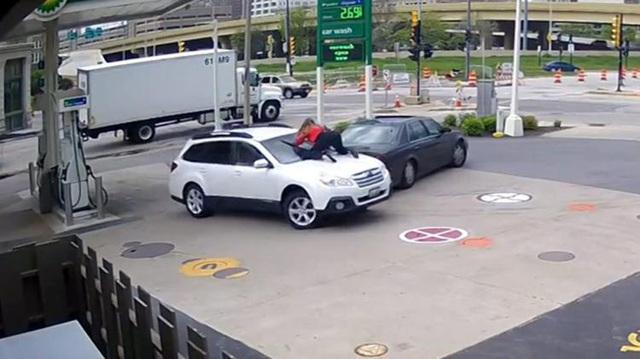 Tưởng bắt nạt được cô gái, tên trộm ô tô gặp cái kết bất ngờ