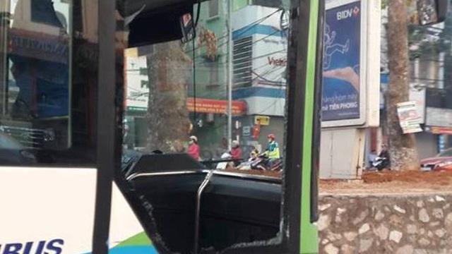 Xe taxi tạt ngang mũi khiến xe buýt nhanh vỡ tan cửa kính