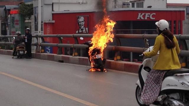 Xe máy đang chạy bốc cháy ngùn ngụt giữa cầu vượt