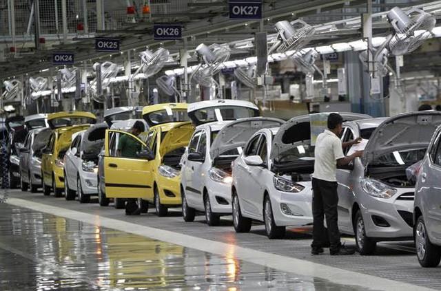 Ô tô giảm giá 150 triệu: Gom tiền chờ mua xe giá rẻ - Ảnh 1.