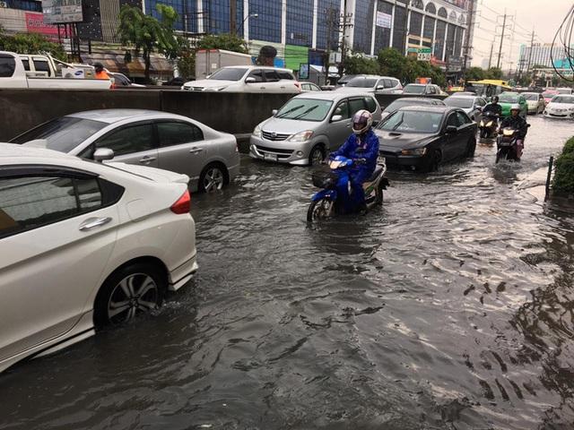 Chán cảnh ngập lụt dầm dề ở Bangkok, dân mạng hô biến con đường nước đen ngòm thành dòng biển xanh ngắt - Ảnh 1.