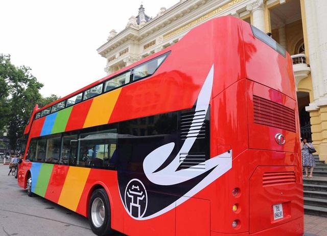 Cận cảnh xe buýt 2 tầng mui trần phục vụ khách du lịch ở Hà Nội - Ảnh 1.
