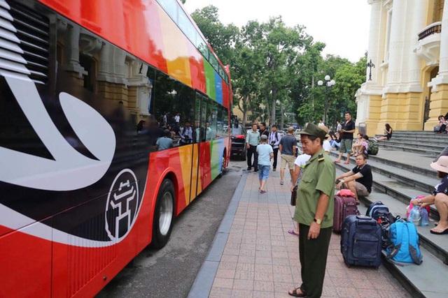 Cận cảnh xe buýt 2 tầng mui trần phục vụ khách du lịch ở Hà Nội - Ảnh 2.
