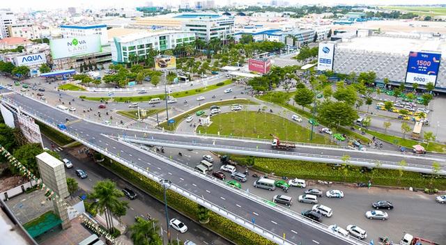 Cận cảnh cầu vượt hơn 240 tỷ đồng giải cứu kẹt xe ở sân bay Tân Sơn Nhất trước ngày khánh thành - Ảnh 2.