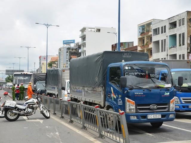 6 ô tô tông liên hoàn trên đại lộ Võ Văn Kiệt - Ảnh 1.
