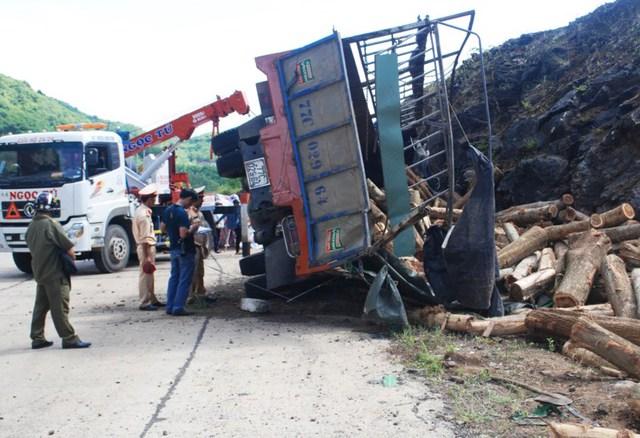 Xe chở gỗ đâm vào vách núi, tài xế bị đè chết - Ảnh 1.