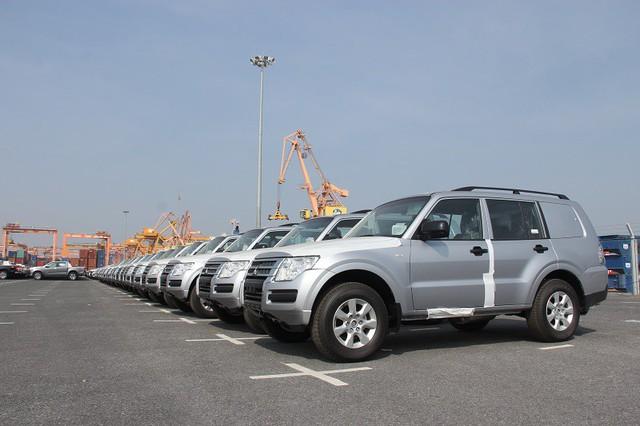 Ô tô nhập khẩu về chật cảng, ém hàng chờ thuế giảm - Ảnh 2.