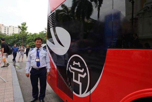 Cận cảnh xe buýt 2 tầng mui trần phục vụ khách du lịch ở Hà Nội - Ảnh 3.
