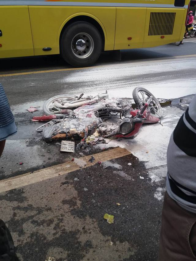 Xe máy bốc cháy sau va chạm với ô tô, 2 mẹ con bị bỏng nặng - Ảnh 1.