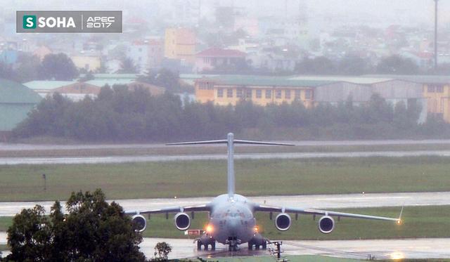[NÓNG] Siêu vận tải cơ Boeing C-17 Globemaster III chở đoàn tiền trạm Mỹ tham dự APEC đã hạ cánh xuống sân bay Đà Nẵng - Ảnh 4.