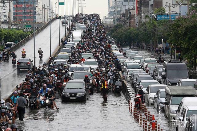 Chán cảnh ngập lụt dầm dề ở Bangkok, dân mạng hô biến con đường nước đen ngòm thành dòng biển xanh ngắt - Ảnh 5.
