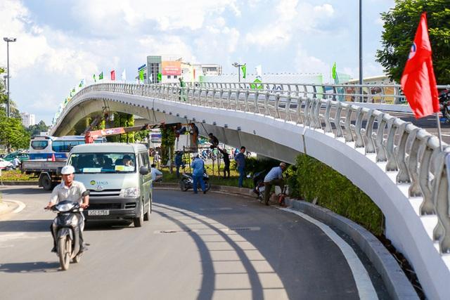 Cận cảnh cầu vượt hơn 240 tỷ đồng giải cứu kẹt xe ở sân bay Tân Sơn Nhất trước ngày khánh thành - Ảnh 7.