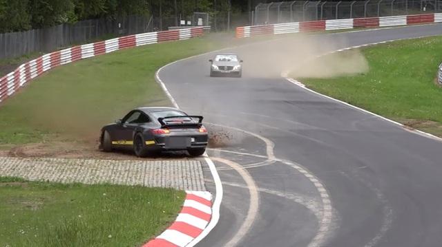 Mất lái, Porsche 911 GT3 quay 180 độ trong trường đua Nurburgring