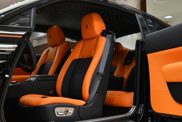 Làm quen với chiếc Rolls-Royce Wraith Black Badge có nội y sexy tại Abu Dhabi - Ảnh 4.