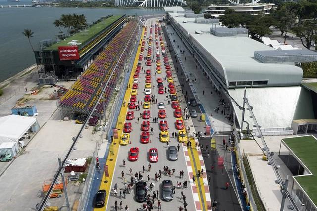 157 chiếc Ferrari diễu hành trên các con phố tại Singapore gây nên cảnh tắc đường - Ảnh 4.