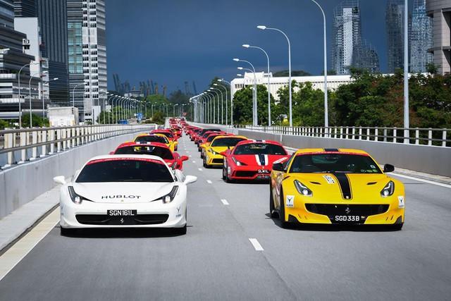 157 chiếc Ferrari diễu hành trên các con phố tại Singapore gây nên cảnh tắc đường - Ảnh 10.