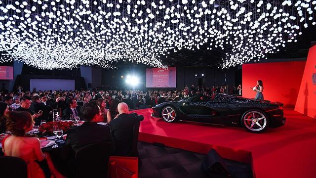 157 chiếc Ferrari diễu hành trên các con phố tại Singapore gây nên cảnh tắc đường - Ảnh 14.