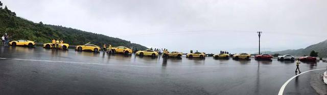 Hàng chục siêu xe và xe thể thao độ khủng vượt đèo Hải Vân trong cơn mưa lớn - Ảnh 5.