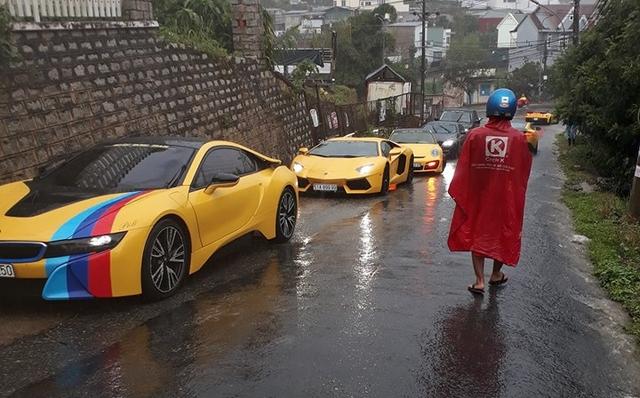 Siêu xe Aston Martin Vanquish hội ngộ cùng đoàn xe tông xuyệt tông màu vàng tại Đà Lạt trong cơn mưa lớn - Ảnh 13.