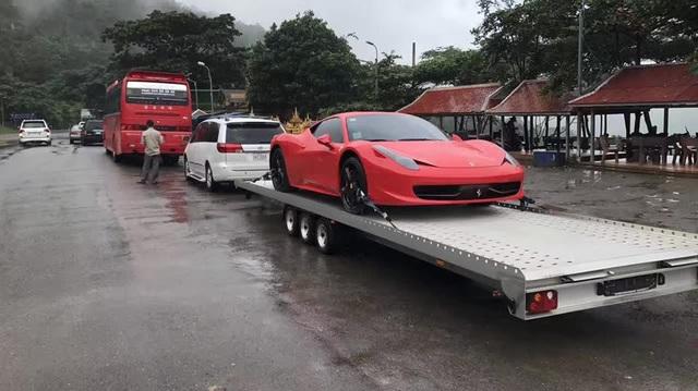 Choáng với dân chơi Campuchia dùng Toyota Sienna kéo Ferrari 458 Italia dưới cơn mưa như trút nước