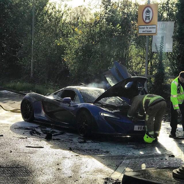 Siêu xe triệu USD hàng hiếm McLaren P1 cháy như đuốc trên phố - Ảnh 3.