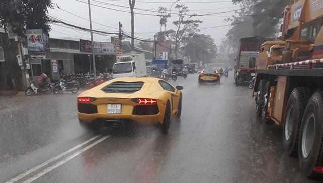 Siêu xe Aston Martin Vanquish hội ngộ cùng đoàn xe tông xuyệt tông màu vàng tại Đà Lạt trong cơn mưa lớn - Ảnh 9.