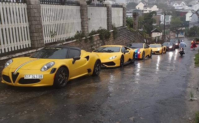 Siêu xe Aston Martin Vanquish hội ngộ cùng đoàn xe tông xuyệt tông màu vàng tại Đà Lạt trong cơn mưa lớn - Ảnh 8.