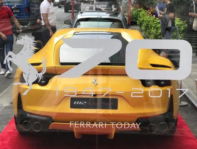 Nhân sự kiện 70 năm thành lập hãng Ferrari, hàng loạt siêu ngựa đã hội tụ tại kinh đô thời trang thế giới - Ảnh 3.