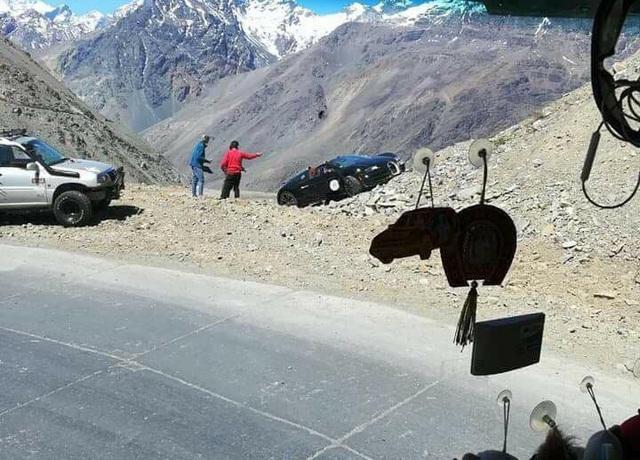 Cư dân mạng xót xa với hình ảnh chiếc Bugatti Veyron mui trần gặp nạn tại Chile - Ảnh 1.