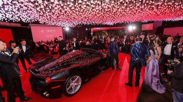 157 chiếc Ferrari diễu hành trên các con phố tại Singapore gây nên cảnh tắc đường - Ảnh 13.