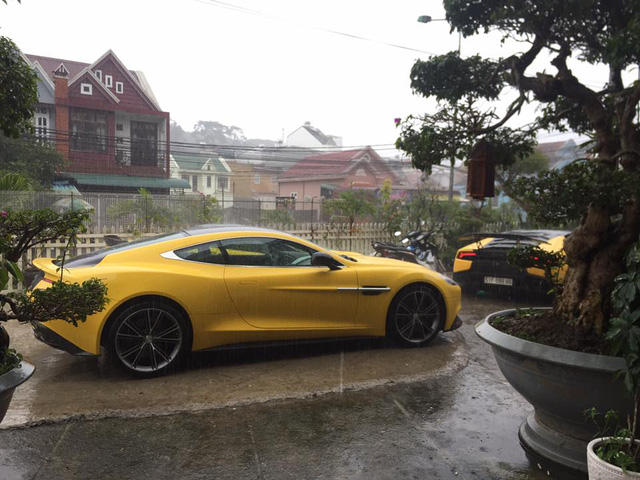 Siêu xe Aston Martin Vanquish hội ngộ cùng đoàn xe tông xuyệt tông màu vàng tại Đà Lạt trong cơn mưa lớn - Ảnh 5.