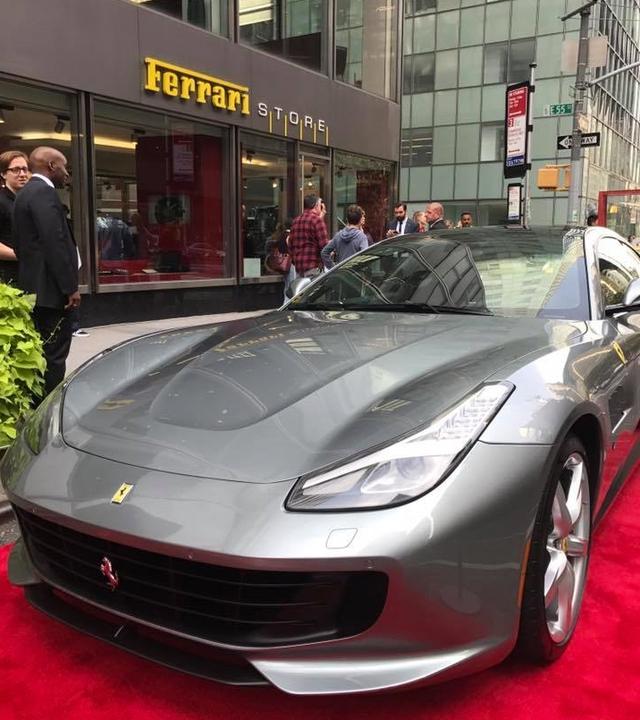 Nhân sự kiện 70 năm thành lập hãng Ferrari, hàng loạt siêu ngựa đã hội tụ tại kinh đô thời trang thế giới - Ảnh 12.