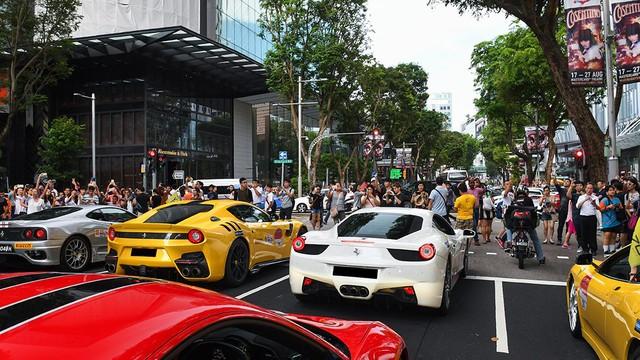 157 chiếc Ferrari diễu hành trên các con phố tại Singapore gây nên cảnh tắc đường - Ảnh 6.