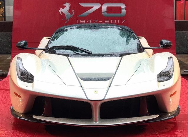 Nhân sự kiện 70 năm thành lập hãng Ferrari, hàng loạt siêu ngựa đã hội tụ tại kinh đô thời trang thế giới - Ảnh 7.