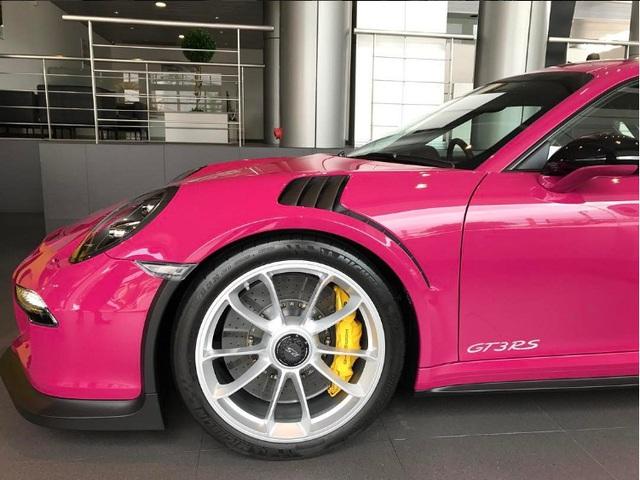Siêu xe Porsche 911 GT3 RS trở nên nữ tính với bộ áo màu hồng - Ảnh 3.