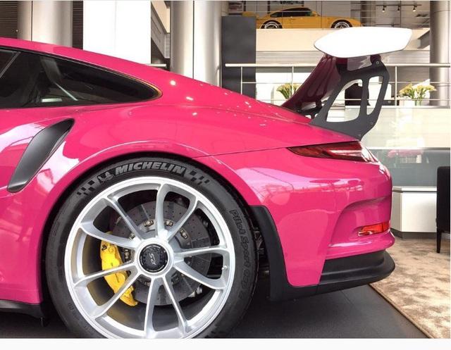 Siêu xe Porsche 911 GT3 RS trở nên nữ tính với bộ áo màu hồng - Ảnh 4.