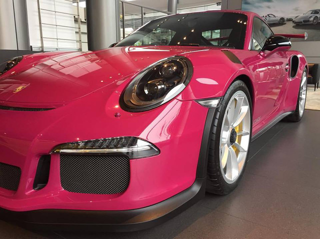 Siêu xe Porsche 911 GT3 RS trở nên nữ tính với bộ áo màu hồng - Ảnh 2.